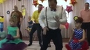 Поздравление на 8 марта - танец пап и дочек! Молодцы какие! Здорово! 🌺🌺