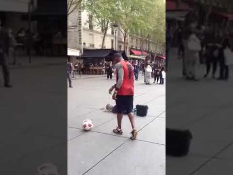 Парень танцует с мячом и делает класные труки