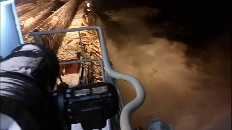 Просрали груз 18 осторожно мат Load straps break spilling thousands tons of cargo into the sea